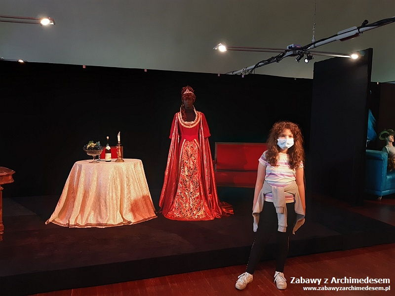 wystawa elementów scenografii, rekwizytów, kostiumów pochodzących zespektakli będących wrepertuarze Opery Krakowskiej